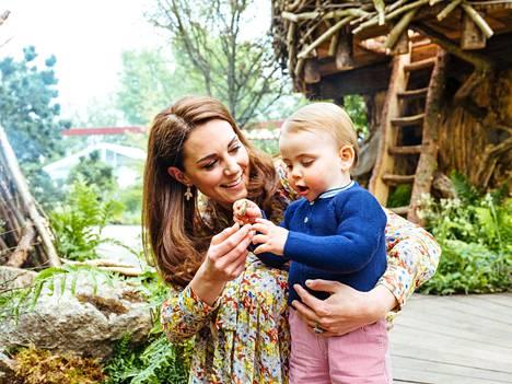 Puutarhassa riitti ihmeteletävää 1-vuotiaalle prinssi Louisille. Hän tutki äitinsä kanssa pientä kiveä suu ymmyrkäisenä.
