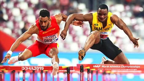 Orlando Ortega (vas.) ja Omar McLeod 110 metrin aitojen finaalissa.