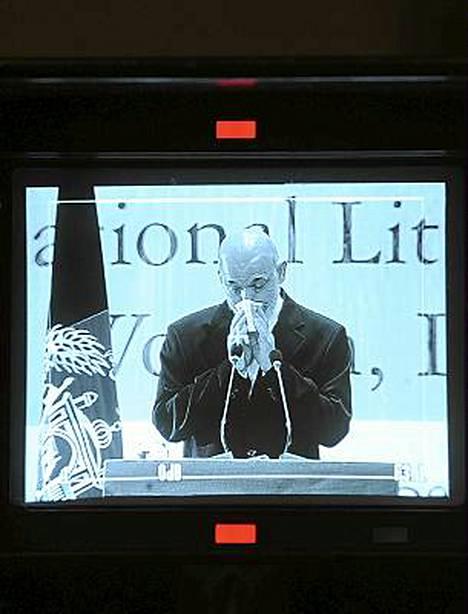 Hamid Karzai joutui pyyhkimään kyyneleitä kesken puheen.