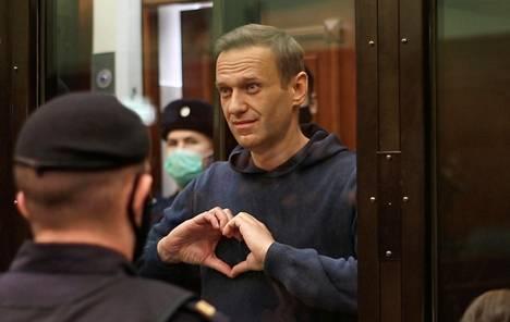 Aleksei Navalny viestitti vaimolleen käsimerkillä oikeudessa Moskovassa 2. helmikuuta.