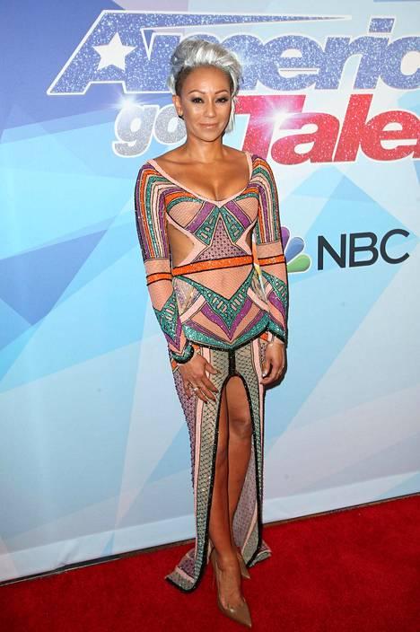 Mel B paukahti America's Got Talent -ohjelman suoraan lähetykseen paljastavassa mekossa ja harmaassa irokeesikampauksessa.