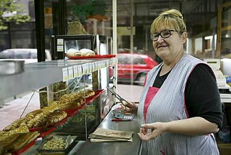 Rouvat kaupittelevat leivonnaisia hymyn kera.