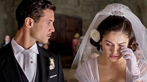Carlota (Mikaela Lupu) on solmimassa säätynsä mukaisen avioliiton César da Silvan (Pedro Barroso) kanssa. Carlotan sydän kuuluu kuitenkin toiselle miehelle.