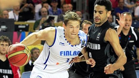 Petteri Koponen kamppaili Uuden-Seelannin Corey Websterin kanssa MM-ottelussa.