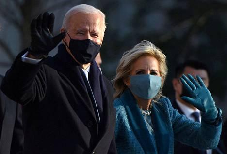 Joe ja Jill Biden vilkuttelivat televisiokameroille Valkoisen talon edustalla keskiviikkona.