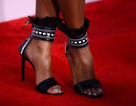 Janelle Monaen mustavalkoinen asu täydentyi boheemeilla sandaleteilla.