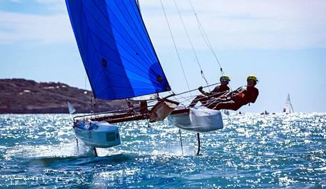 Tämä Sinem Kurtbayn ja Janne Järvisen purjehtima Nacra ei ole käytössä Enoshiman olympiaregatassa, mutta Kurtbay ja gasti Akseli Keskinen saavat mesenaatilta uuden.