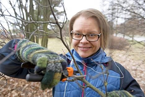 Marja-Leena Liipo kuuntelee äänikirjoja lenkkeillessään ja tehdessään kotitöitä tai pihahommia.