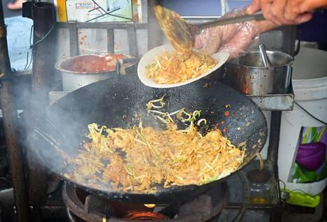 Malesiassa kokkaillaan kotioloissakin wokkipannulla ja käytetään tuikean tuoksuisia maustekastikkeita. Asunnoissa onkin usein kaksi keittiötä: toisessa saa roiskua, ja toinen soveltuu pieneen näpertelyyn.