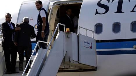 Huthineuvottelijat nousevat lentokoneeseen Sanaassa 4. joulukuuta 2018.