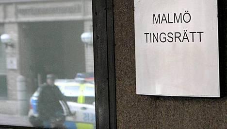 Malmön käräjäoikeus jatkoi ampujaksi epäillyn vangitsemista.