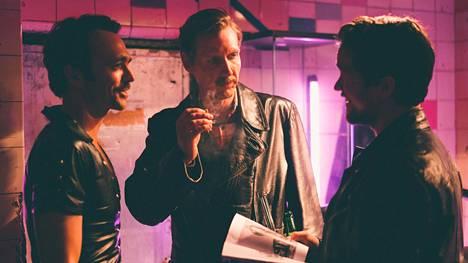 Kaliforniassa Touko Laaksonen (Pekka Strang, kesk.) tapaa myös Dougin (Seumas Sargent) ja Jackin (Jakob Oftebro).