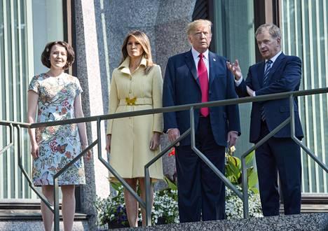 Presidenttiparit ihailivat parvekkeella Suomen hienoa kesäsäätä.