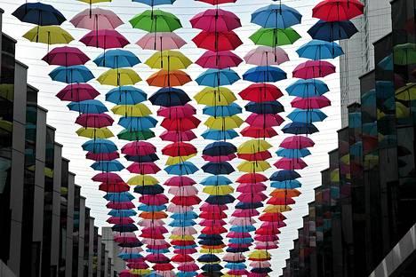 Kiinassa Fuzhoussa ostoskadun yllä roikkuvat värikkäät sateenvarjot. Kiinan päämääränä on saada kotimainen kysyntä kasvuun vuonna 2013.