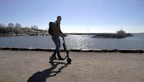 Poliisi muistuttaa, että normaalitehoisella sähköpotkulaudalla ei koskaan saa ajaa jalkakäytävällä.