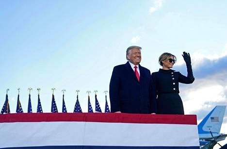 Trumpit lensivät Andrewsin lentotukikohtaan, jossa Donald Trump piti vielä puheen. Hän kehui puheessaan presidenttikautensa saavutuksia, minkä jälkeen pariskunta nousi Air Force Oneen ja lähti kohti Floridaa.
