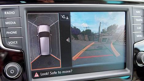 Tehdaslisävarusteisessa kamerassa on Bilteman halpamallia enemmän hintaa mutta myös ominaisuuksia. Kuvassa VW:n tuorein taidonnäyte uudessa Passatissa.