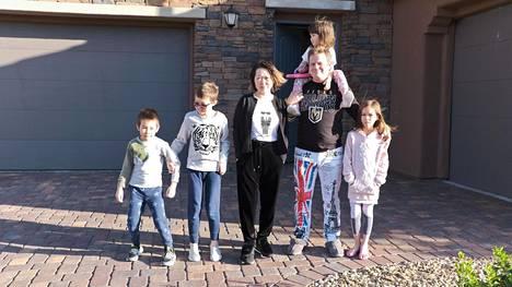 Penttisten perhe kotitalonsa edustalla Summerlinissa, Nevadassa. Vasemmalta: Tian, Fei, Wen, Janin olkapäillä Mei ja viimeisenä Lilly.