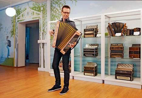 Harmonikka museosta voi löytyä myös elävää musiikkia. Harmonikka taiteilija Kimmo Mattila näyttää mallia.