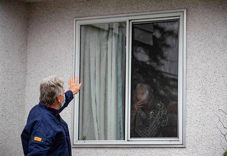Suomessa on onnistuttu suojelemaan suurinta riskiryhmää eli iäkästä väestöä hyvin. Kuvassa kanadalaismies tervehtii ikkunalasin takana olevaa äitiään Abbotsfordissa.