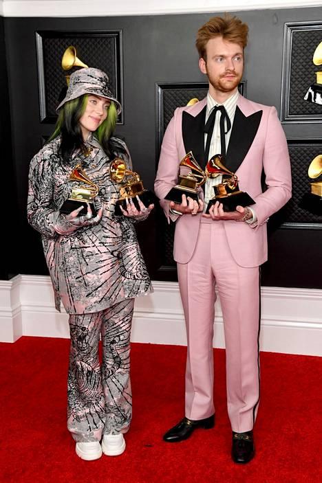 Billie Eilish veljensä Finneaksen kanssa vuoden 2021 Grammy-gaalassa.