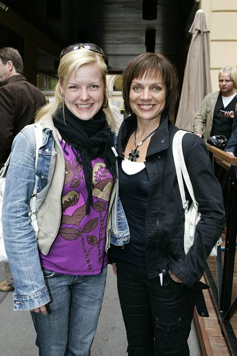 2007: Lena Meriläinen ja Veera-tytär olivat helsinkiläisen Rafaello-ravintolan terassikauden avajaisissa yhdessä.