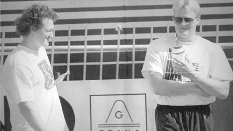Keihäsjätit Kimmo Kinnunen (vas.) ja Seppo Räty olivat 1990-luvun suomalaistähdet. Kaksikolla oli aina pilkettä silmäkulmissaan, ja erilaiset kujeet olivat arkipäivää myös Tokion MM-kisoissa 1991.