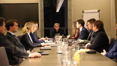 Posti- ja logistiikka-alan unioni PAU:n puheenjohtaja Heidi Nieminen sekä Palvelualojen työnantajat Palta ry:n toimitusjohtaja Tuomas Aarto neuvottelivat tänään Vuokko Piekkalan johdolla.