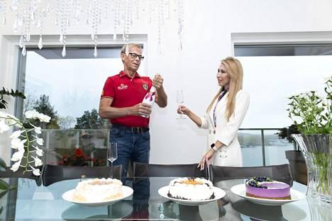 Nadja Sukarin 50-vuotisjuhlista tulee nyt koronan takia tynkäjuhlat.–Minulla ei ole ollut ikinä suuria syntymäpäiväjuhlia. Nyt ne piti pitää, mutta kävi näin, Nadja harmittelee.