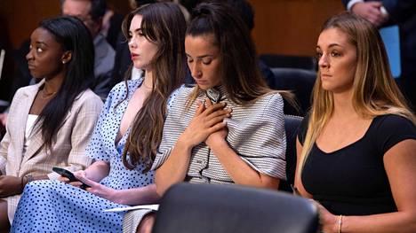 Simone Biles (vas.), McKayla Maroney, Aly Raisman ja Maggie Nichols senaatin oikeuskomitean kuulemisessa 15. syyskuuta 2021.