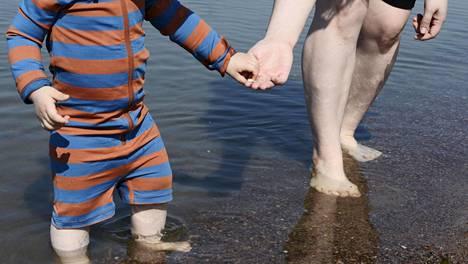 Lapsi ja äiti Hietaniemen uimarannalla 22. toukokuuta 2019.