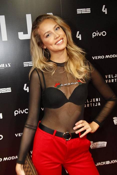 Vuoden 2014 Miss Suomi -kisaan osallistunut Emilia Seppänen saapui ensi-iltaan läpikuultavassa paidassa.