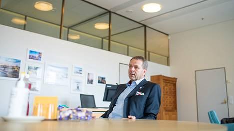 Vapaavuoren pormestarikausi päättyy 2. elokuuta, kun Helsingin kaupunginvaltuusto valitsee uuden pormestarin. Väistyvällä pormestarilla oli takinpielessään olympiapinssi ja taskuliinana olympialaisten taskuliina.
