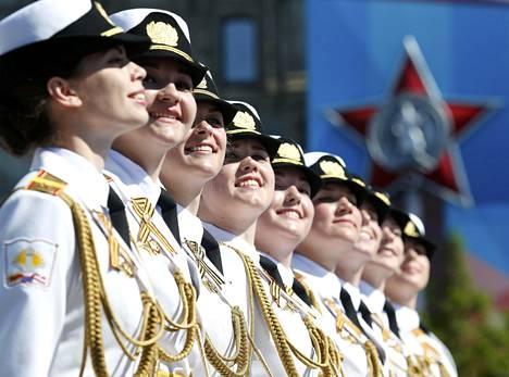 Naissotilaat edustivat kahta eri sotilaallista oppilaitosta.
