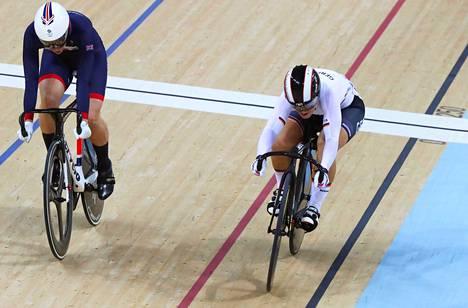 Kristina Vogel (oik.) polki olympiakultaan, vaikka hänen pyörästään irtosi satula.