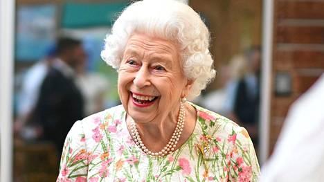 Kuningatar oli iloisella tuulella G7-kokouksen alkaessa.