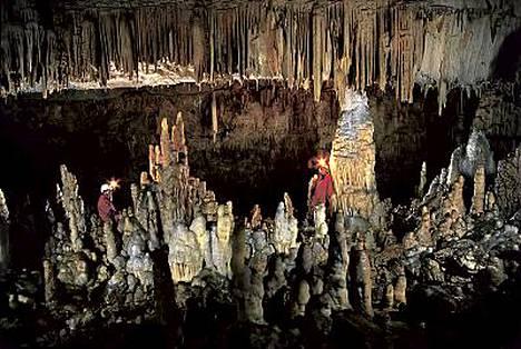 Kalkkipitoisen veden tippumisesta syntyneet stalagmiittipylväät ovat tuhansia vuosia vanhoja.