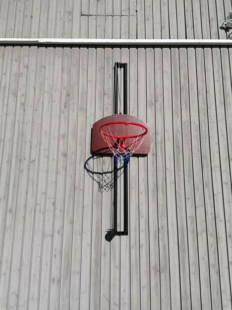 Henri Uotilan koripallotelineen korkeutta voi säätää.