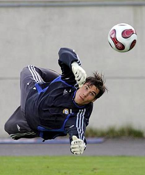 Niki Mäenpää saa kopata palloja perjantaina Hollannin kakkosliigassa ennen matkaa Brysseliin.