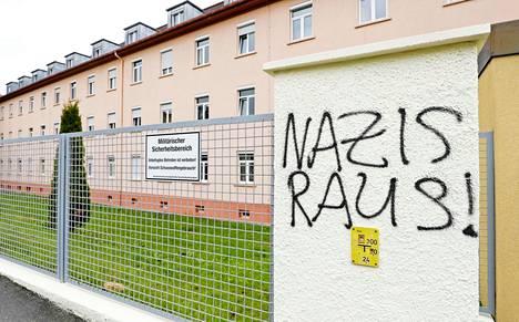 """Lounais-Saksan Donaueschingenissä sijaitsevan Fürstenbergin sotilasparakin seinään oli viikonloppuna ilmestynyt teksti """"natsit ulos!""""."""