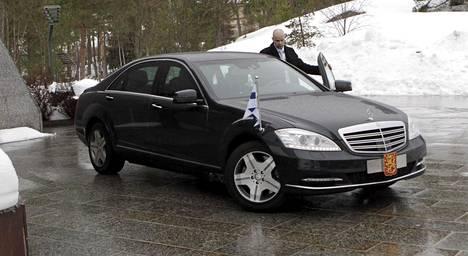 Sauli Niinistön niin ikään panssaroitu virka-Mersu on samaa korimallia kuin Putinin järeämpi, pidempi ja kalliimpi Pullman. Kuvassa tasavallan ykkösauto juuri käyttöön otettuna eli talvella 2012.