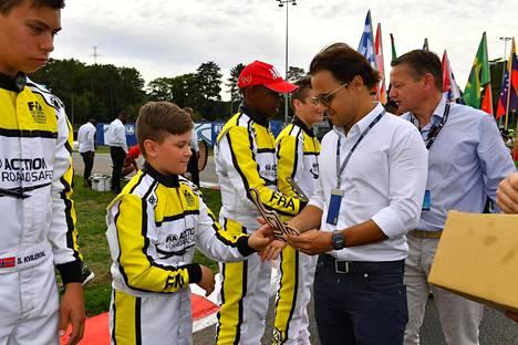 Tuukka Taponen sai entiseltä F1-kuljettajalta Felipe Massalta muistopalkinnon viime kaudella järjestetyssä kisassa. Massa on nykyään kansainvälisen CIK-FIA kartingliiton presidentti.