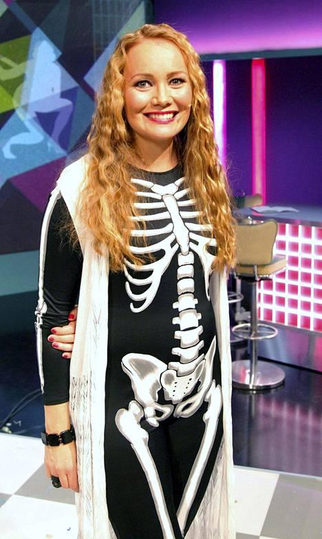 Juontaja Marja Hintikka oman ohjelmansa tämän kauden ensimmäisessä suorassa lähetyksessä.