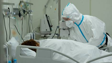 Terveydenhuollon työntekijä hoitaa koronaviruspotilasta Moskovassa heinäkuussa 2021.