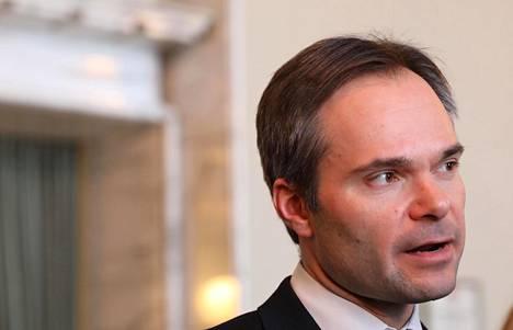 Kokoomuksen eduskuntaryhmän puheenjohtaja Kai Mykkänen halusi sisäministerinä eroon poliisimies-nimikkeestä.
