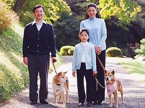 Kruununprinsessa Masako ulkoilutti marraskuussa koiria yhdessä miehensä Naruhiton ja tyttärensä Aikon kanssa.