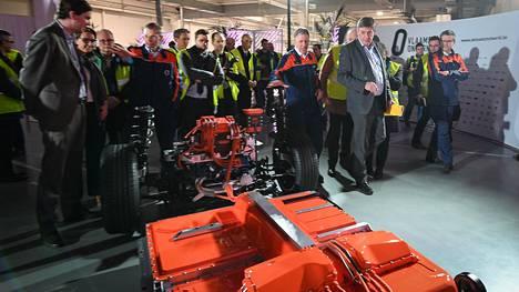 """Akkujen kokoonpanolaitos vihittiin käyttöön Gentissä viime viikolla. Tällä viikolla tuotanto alkoi pyöriä kolmessa vuorossa kellon ympäri. Kuva etualalla näkyy XC40-sähköauton """"luuranko"""" ajoakkuineen."""