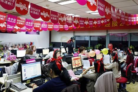 Alusvaatevalmistaja Tmallin työntekijät painoivat pitkää päivää hoitaakseen Alibaban kautta tehtyjä tilauksia sinkkupäivänä.