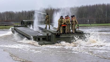 Defender-Europen manöövereihin kuuluu useita suuria vesistönylityksiä. Naton brittiläiset pioneerit harjoittelivat Weserjoella helmikuussa Defender-Europea varten.