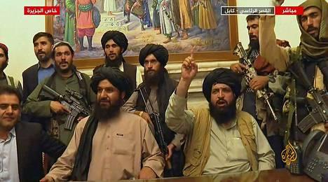 Taleban-taistelijat juhlivat Yhdysvaltojen vetäytymistä ja uutta valtakauttaan Kabulin presidentinpalatsissa 16. elokuuta.